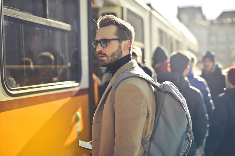 バスに並ぶ男性