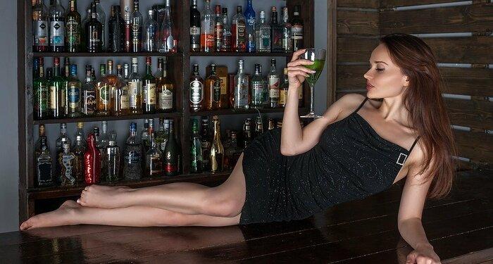 バーの台の上に寝る女性