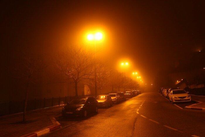 霧がかかった夜道