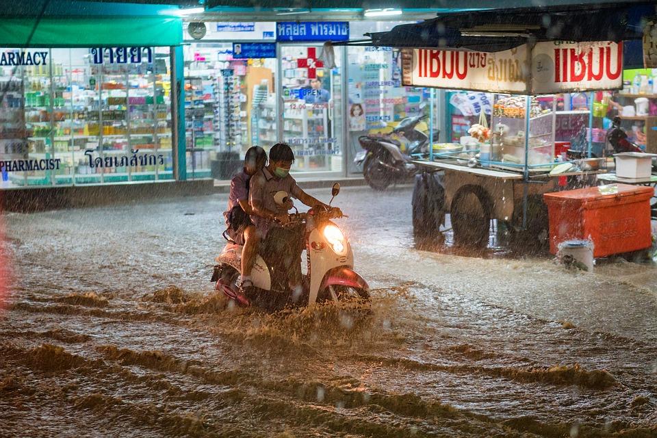 洪水の中にバイク