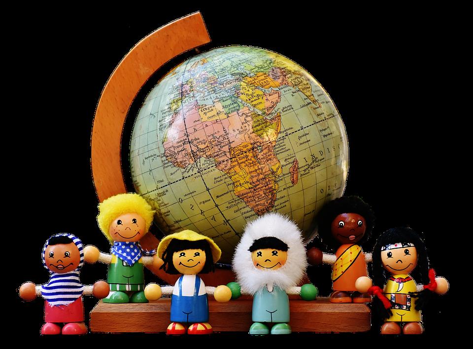 多国籍の子供と地球儀