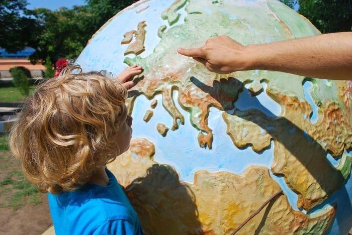 地球儀を指さす子供