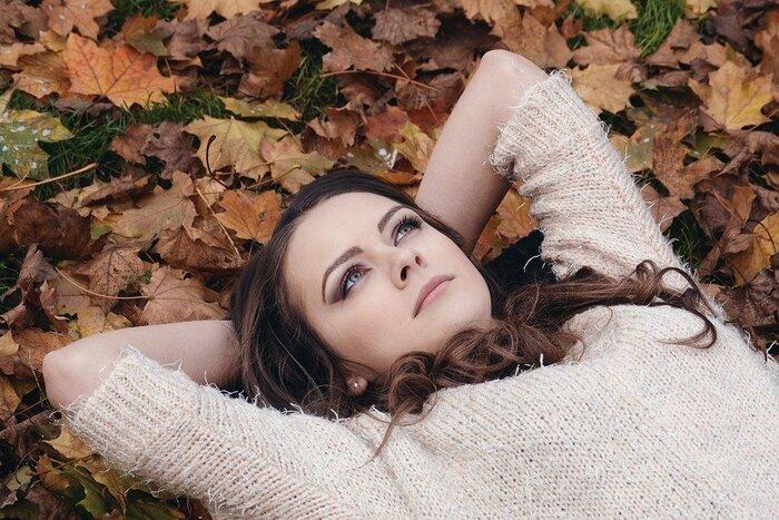 公園で昼寝する女性