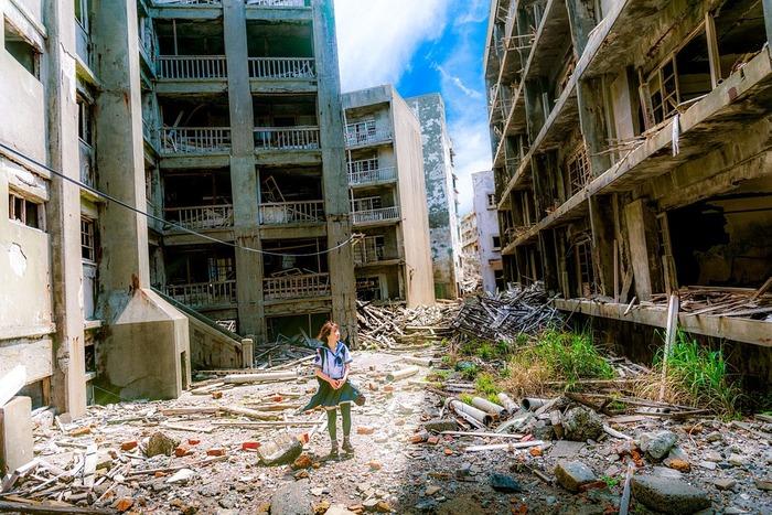 廃墟群の中に一人の女性
