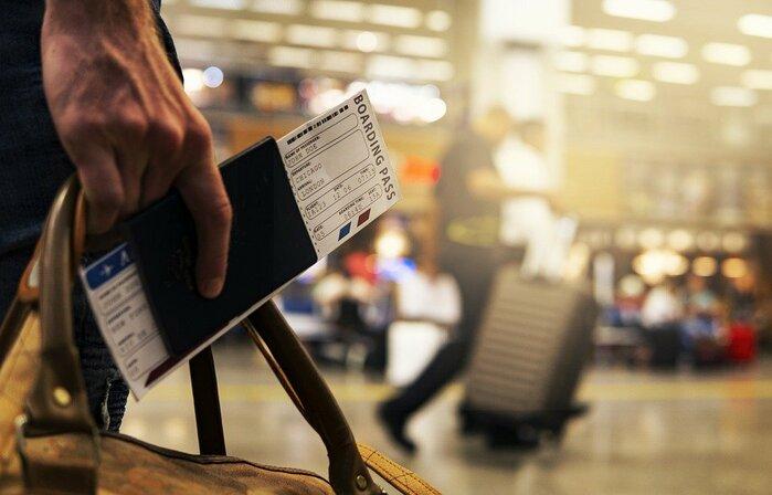 空港を移動する男性